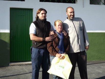 De izquierda a derecha: Gordillo (jugador), Dolores (Presidenta) y Juan (capitán)
