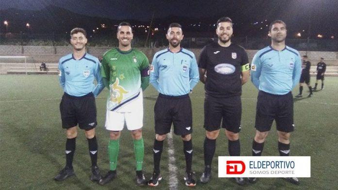 Trío arbitral y capitanes de la CDZ Esperanza y el CD Ofra, en su jornada 19 de la Primera Regional.