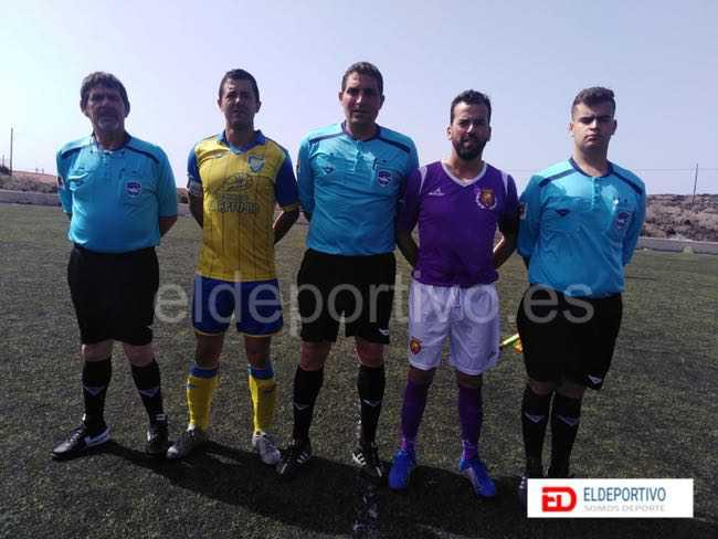 Trío arbitral y capitanes del Atl. Restinga vs Juventud Laguna, jornada 21 de la Primera Regional.