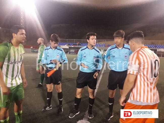 Comienzo del encuentro, capitanes y árbitros decidiendo campo.