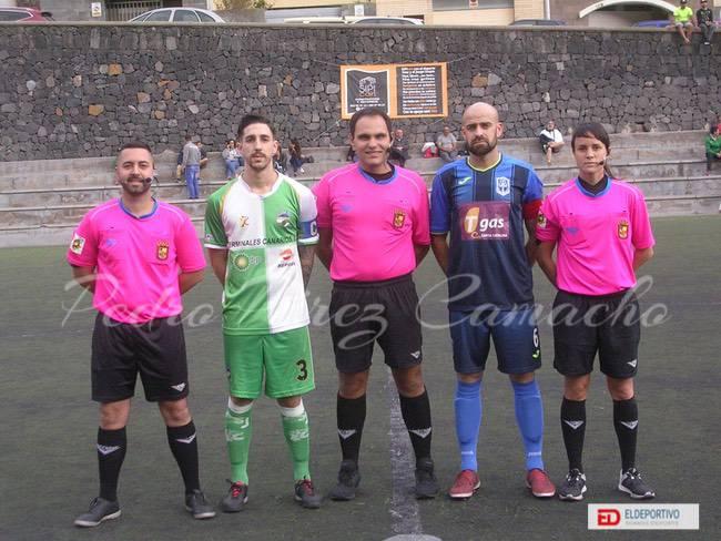 Imagen del Trío arbitral junto con los capitanes de ambos equipos.