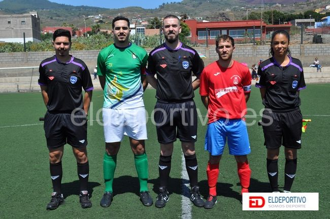 Trío arbitral con respectivos capitanes.