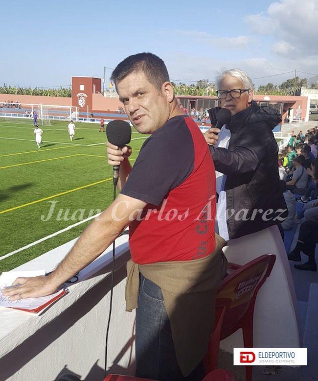 Colaborador de eldeportivo.es, Juan Carlos Álvarez León. A su lado Domingo Lorenzo retransmitiendo para Canarias es Fútbol.