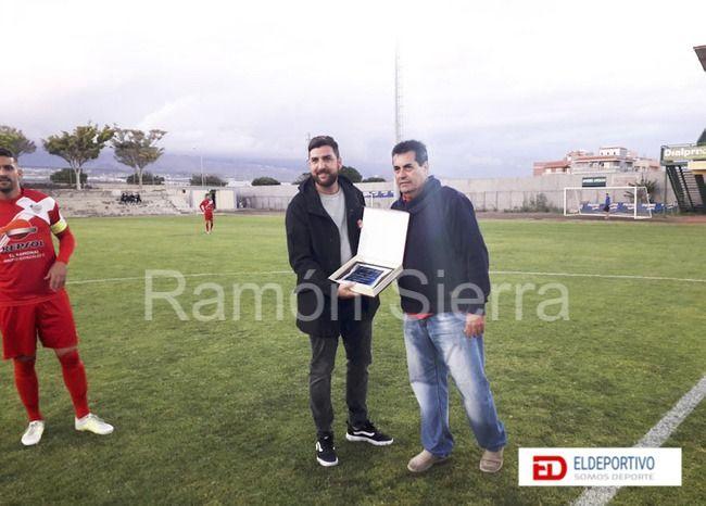 Entrega de una placa a Dani Toledo, ex jugador del Ibarra.