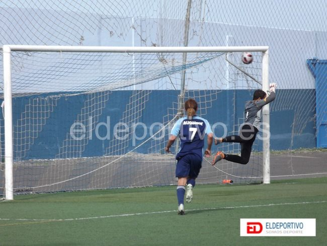 Momento en el que Gerardo marca su gol 100 en el AUGüimar.