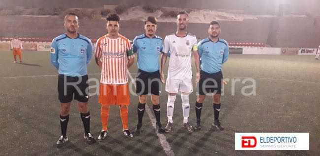 Trío inicial de árbitros y capitanes de los conjuntos.