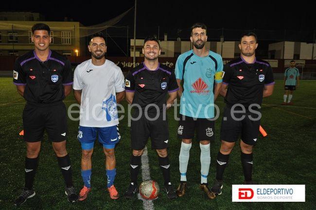 Trío arbitral acompañado de los capitanes respectivos a cada equipo.