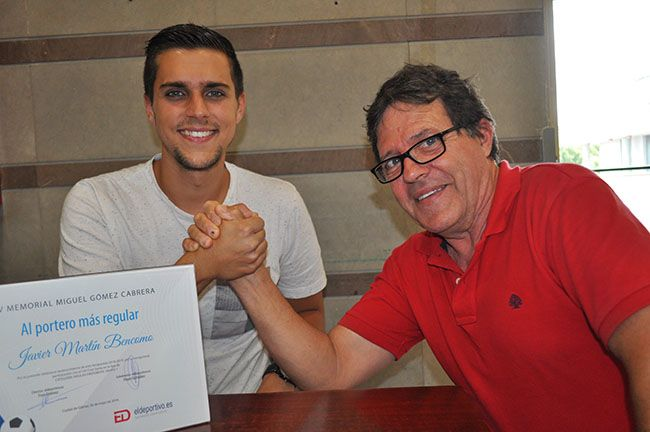 Pepe entregando a Javi su diploma.