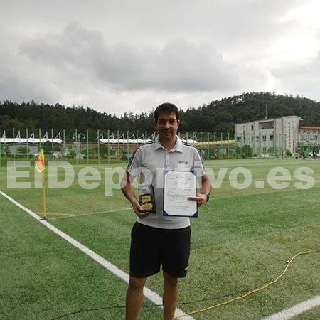 Recibiendo premio al mejor entrenador del torneo Coreano.