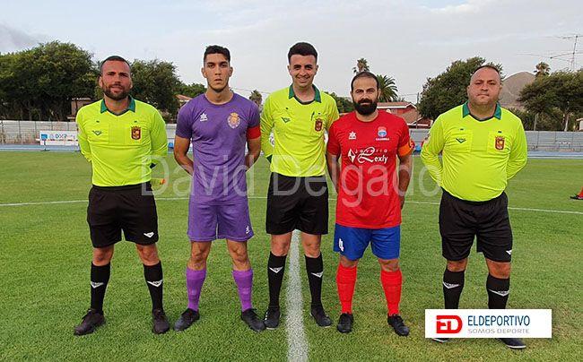 Foto de árbitros y capitanes del encuentro.