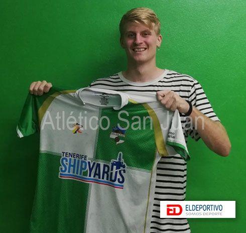 Foto de Nacho Ruíz, en su fichaje con el Atlético San Juan.