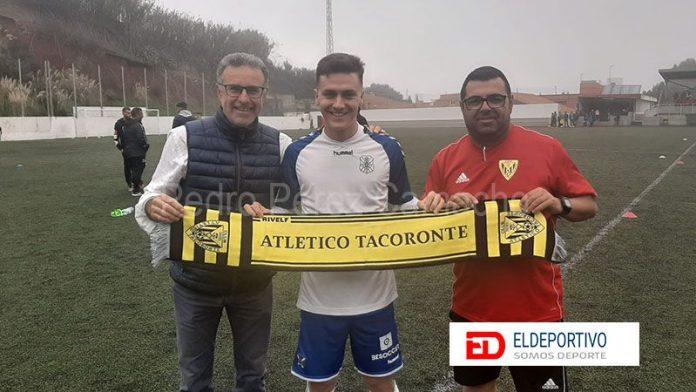Gesto del Atlético Tacoronte con Rober.