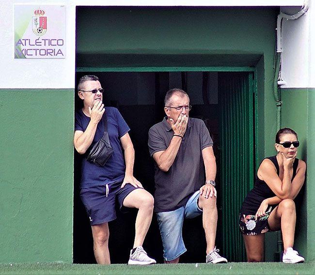 Felipe en compañía de César Hernández y su esposa.