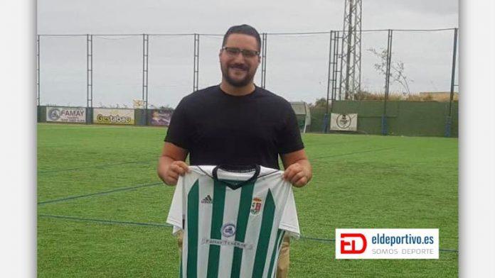 Foto de Josué García con la camiseta de el Atlético Victoria en mano.