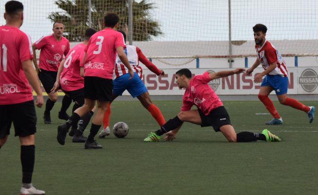 Cinco jugadores de la UD Orotava, en la temporada 2019-20, en una secuencia de un partido contra el Atlético Granadilla.