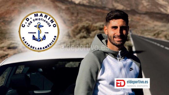 Imagen de Javier Saavedra, al lado de su coche, en las Cañadas De el Teide. Escudo de el CD Marino arriba a la izquierda.