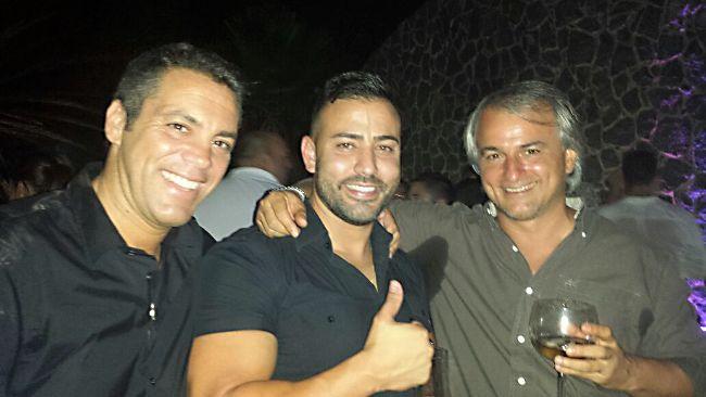 Foto hecha durante la noche. Los tres celebrando algún acontecimiento.