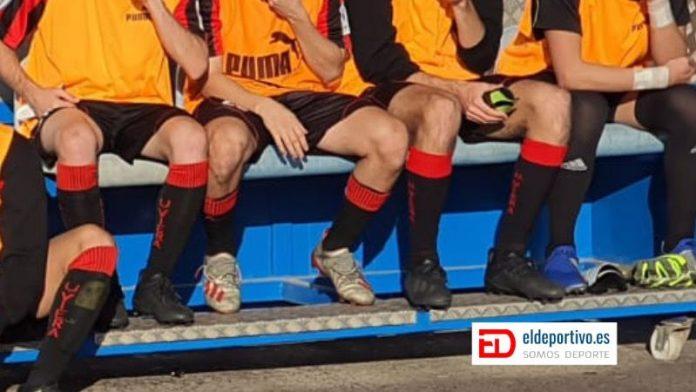 Imagen de las botas de los jugadores en el banquillo. No se deja ver qué equipo es... solo se ven los pies.
