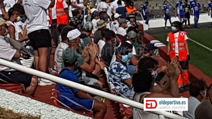 Público con mascarillas, y seguridad por medio de la Cruz Roja.