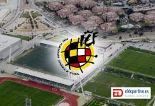 Imagen de la Ciudad Deportiva Las Rozas y en frente el escudo de la Federación Española de Fútbol.