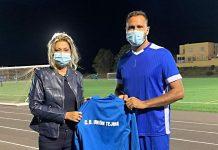 Goyo con la camiseta de el Tejina al lado de su presidenta.