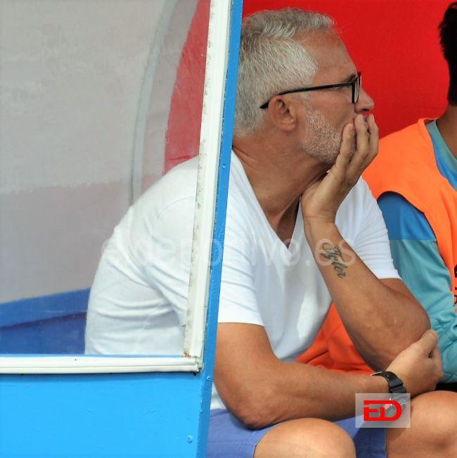 Ito Mora sentado en un banquillo, viendo como sus jugadores juegan.
