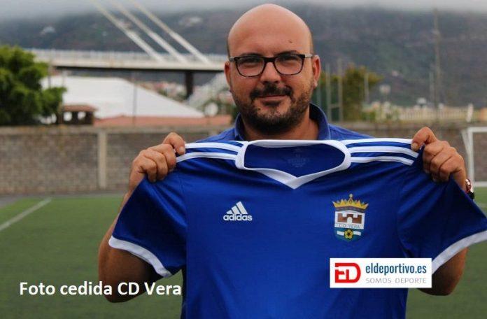 Adonay Martín posa con la camiseta del CD Vera