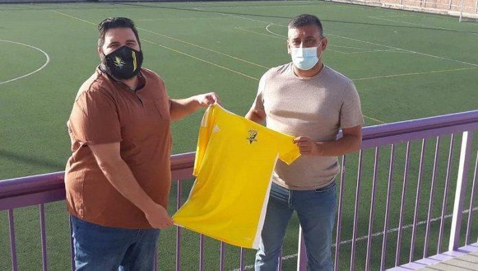 Alejandro Martín posa con la camiseta del CD Candelaria