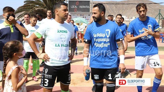 Los dos equipos con camisetas de ánimo a la isla de La Palma